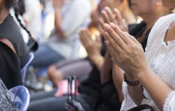 Буддисты молят в похоронах Стоковые Изображения