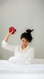 Будильник азиатской женщины женщины бросая в утре на мы стоковые изображения