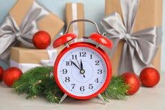 Будильник, ветви ели и подарки на таблице christmas countdown Стоковые Изображения RF