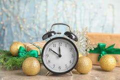 Будильник и украшения на таблице christmas countdown Стоковые Изображения