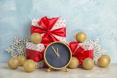 Будильник, подарки и украшения на таблице christmas countdown Стоковая Фотография