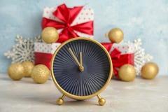 Будильник, подарки и украшения на таблице christmas countdown Стоковые Фото