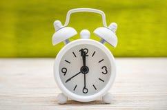 будильник ретро Деревянная предпосылка задняя школа к Стоковое фото RF