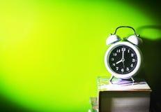 будильник с книгой стоковое изображение rf