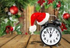 Будильник с шляпой santa, символом рождества Стоковые Фото