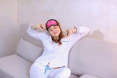Будить женщины после мечты в хорошем настроении в спальне на кресле Стоковое Изображение