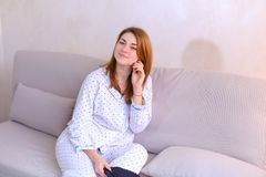 Будить женщины после мечты в хорошем настроении в спальне на кресле Стоковая Фотография RF