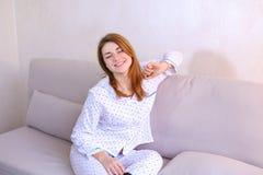 Будить женщины после мечты в хорошем настроении в спальне на кресле Стоковое Фото