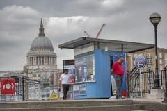 Будочка билета для путешествия шлюпки перед St Paul стоковые фотографии rf