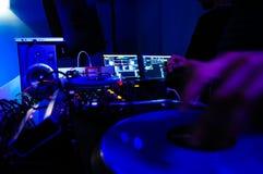 Будочка и оборудование DJ, музыка ночного клуба, неистовство, синь, желтый цвет, Greem и красные светы, стоковая фотография rf
