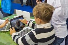 Будочка Майкрософта посещения детей во время CEE 2017 в Киеве, Украине Стоковые Изображения
