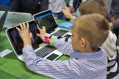 Будочка Майкрософта посещения детей во время CEE 2017 в Киеве, Украине Стоковые Фотографии RF