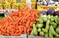 Будочка с овощами в рынке фермеров пива-Sheva стоковое фото