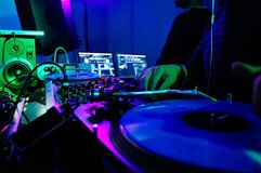 Будочка DJ и оборудование, музыка ночного клуба неистовства, красочные света, стоковые фотографии rf
