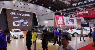 Будочка Hyundai показывает автомобиль H1 на IIMS 2018 сток-видео