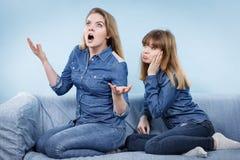 2 будучи обижанными женщины после спорят, женское Стоковые Фото