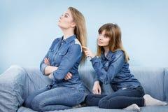 2 будучи обижанными женщины после спорят, женское Стоковые Фотографии RF