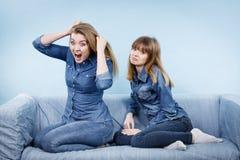 2 будучи обижанными женщины после спорят, женское Стоковое Фото