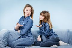 2 будучи обижанными женщины после спорят, женское Стоковое Изображение