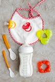 Будьте матерью грудного молока заботы в еде бутылки и младенца напудренной формулой здоровой с bib для младенца подавая на каменн Стоковые Фотографии RF