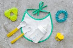 Будьте матерью грудного молока заботы в еде бутылки и младенца напудренной формулой здоровой с bib для младенца подавая на каменн Стоковая Фотография RF