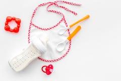 Будьте матерью грудного молока заботы в еде бутылки и младенца напудренной формулой здоровой для младенца подавая на белом взгляд Стоковое фото RF