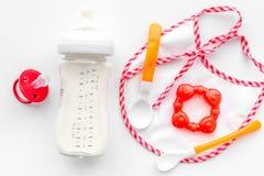 Будьте матерью грудного молока заботы в еде бутылки и младенца напудренной формулой здоровой для младенца подавая на белом взгляд Стоковая Фотография