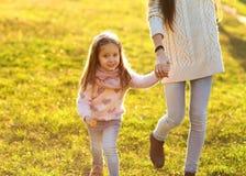 Будьте матерью дочери на заходе солнца играя, дне матерей Стоковое фото RF