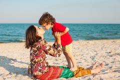 Будьте матерью игр с ее младенцем на пляже Стоковое фото RF
