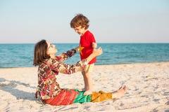 Будьте матерью игр с ее младенцем на пляже Стоковые Фото