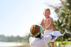 Будьте матерью иметь потеху на пляже с ее маленьким сыном Стоковое фото RF
