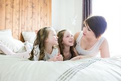 Будьте матерью и 2 дет в спальне на кровати Стоковая Фотография RF