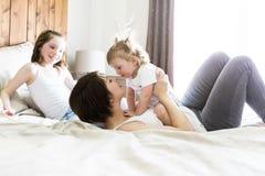 Будьте матерью и 2 дет в спальне на кровати Стоковое фото RF