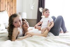 Будьте матерью и 2 дет в спальне на кровати Стоковое Изображение RF