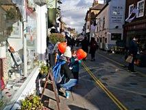 Будьте матерью и 2 дет держа красные воздушные шары формы сердца в Twickenham Великобритании Стоковые Изображения