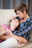 Будьте матерью и ее дочь красивого ребенка говоря друг к другу, сидящ в живущей комнате Стоковое Фото