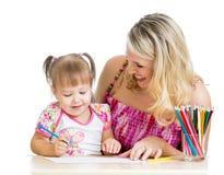 Будьте матерью и ее притяжка ребенка с карандашами цвета Стоковые Изображения RF
