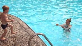 Будьте матерью и ее сын имея потеху в бассейне акции видеоматериалы
