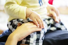 Будьте матерью лежать и сына играя вместе с катанием мальчика на ей ребенок и рука матерей стоковая фотография rf