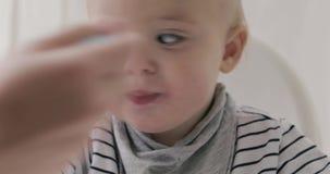 Будьте матерью подавать ее ребёнок с концом-вверх ложки акции видеоматериалы