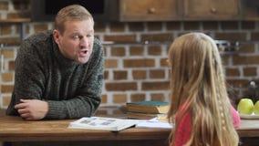 Будьте отцом бранить его ленивую дочь для плохих рангов сток-видео