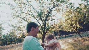 Будьте отцом бросать его ребенк вверх в воздухе в парке осени Взгляд через плечо ` s папы сток-видео
