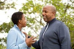 Будьте отцом говорить и тратить время с его сыном стоковые фотографии rf