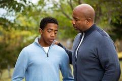 Будьте отцом говорить и тратить время с его сыном стоковое изображение rf