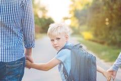 Будьте отцом держать руку ` s сына руки маленькую Стоковое Изображение