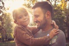 Будьте отцом дочери нося в оружии, представлениях к камере Стоковые Фото