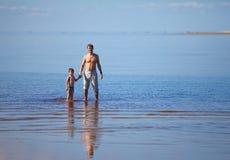 Будьте отцом и его сынок на каникулах на море Стоковое Изображение RF