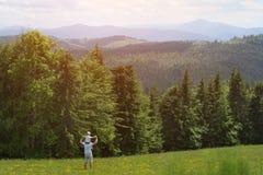 Будьте отцом с малым сыном на его плечах swallowtail лета травы дня бабочки солнечное вакханические стоковое изображение rf