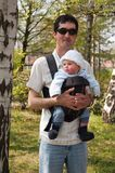 Будьте отцом с младенцем стоковые фотографии rf