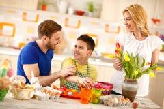 Будьте отцом с яичками картины сына пока мать аранжирует тюльпаны стоковые фотографии rf